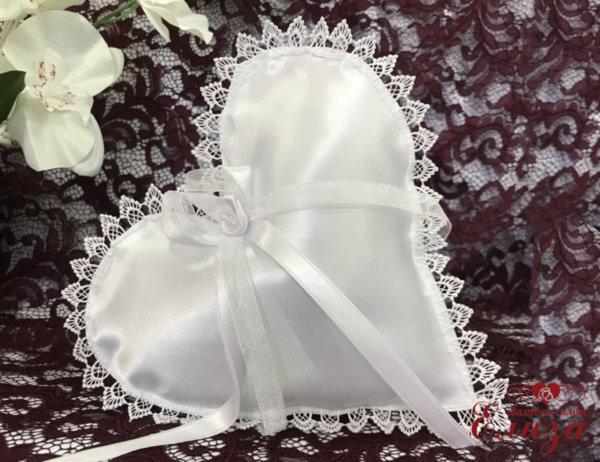 Възглавничка във формата на сърце в бяло E3